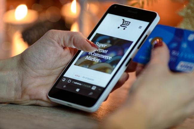 Un téléphone recherche des conseils en marketing et en SEO